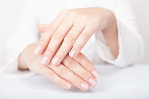 ידיים יפות וטבעיות עור חלק ללא קמטים