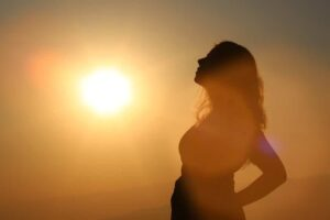בחילות בהריון , אישה בהריון מול השמש